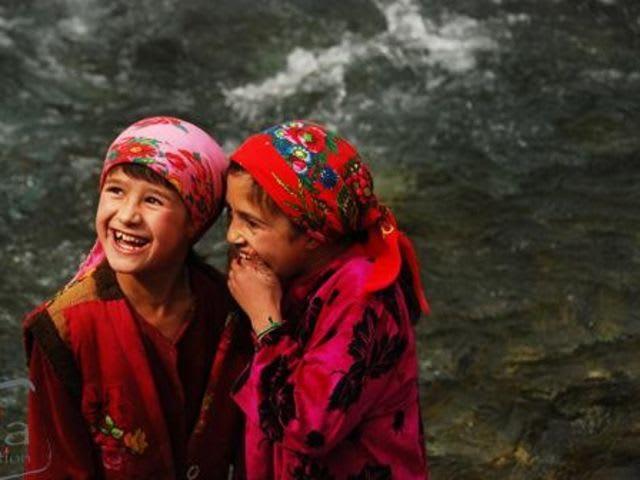 Ваша дочь-старшеклассница очень скромная девушка и надевает платок на голову. Может ли она в таком виде прийти в таджикскую школу?