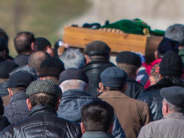 В годовщину смерти вашего знакомого вы решили почтить его память и сходить в гости к родственникам покойного. Можно?