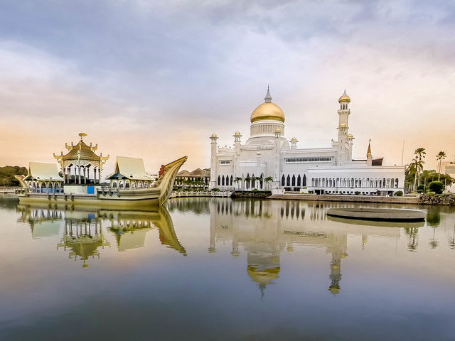 The Sultan Omar Ali Saifuddin Mosque in Bandar Seri Begawan, Brunei, is one of the most beautiful constructions in the world.