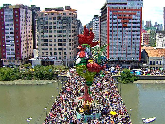 Em qual bairro do Recife nasceu o Galo da Madrugada?