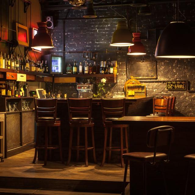 Un bar con mucha comida y alcohol.