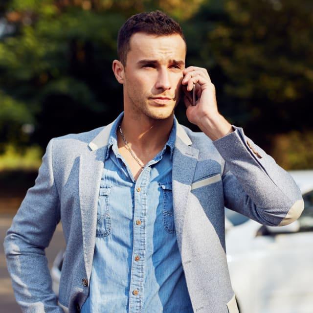 Je belt iemand op die je kan oppikken.