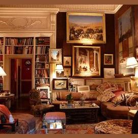 Un endroit chaleureux avec une grande bibliothèque