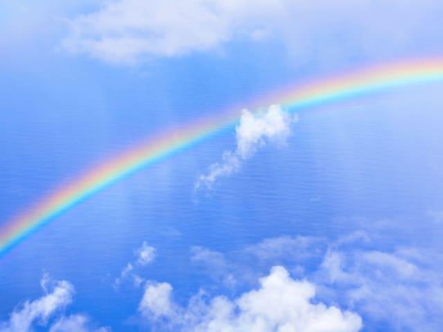 Esto ocurre porque para formar un arcoíris la luz solar debe de atravesar una gota de lluvia en un ángulo de 42 grados y esto no es posible si se encuentra en un ángulo mayor a este como ocurre a mediodía. Por este motivo, suelen aparecer más por la mañana o por la tarde.