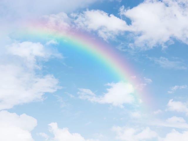 Resulta que, al formarse el arcoiris, la luz que emite es más intensa, por lo que cuando lo observamos, tenemos la sensación de que el cielo está más claro por debajo de él.
