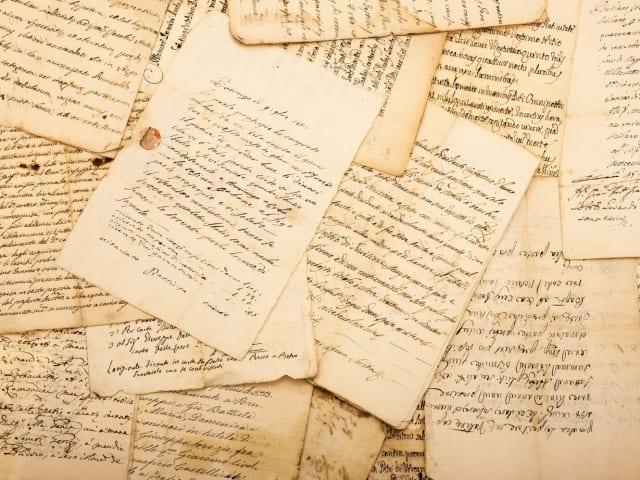 """Escribir un diario es una experiencia muy extraña para alguien como yo. No solo porque yo nunca he escrito nada antes, también porque me parece que más adelante ni yo ni nadie estará interesado en las reflexiones de una niña de trece años de edad""""."""