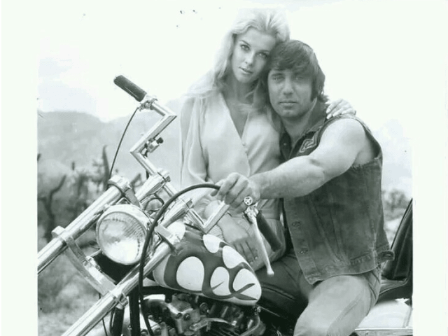 Este drama de motociclistas, de 1970, estelarizado por Joe Namath y Ann-Margret, es promocionado en un adelanto publicitario cuando Tate va al cine para verse actuar.
