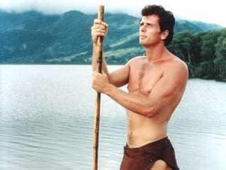 """La estrella de la serie de televisión Tarzan , transmitida de 1966 a 1968, es mencionada por Rick (quien recientemente apareció como invitado en el programa sobre la selva) así como por el personaje de Pacino, quien pronuncia mal el apellido de la estrella al decir """"ilai"""" en lugar de """"ili""""."""