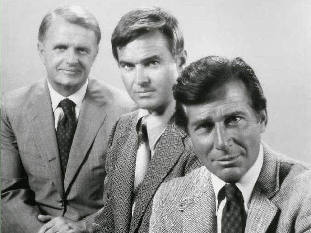 """Este drama criminal de la televisión, que estuvo al aire de 1965 a 1974, es mencionado varias veces. George Spahn (dueño del rancho donde vive la familia Manson) disfruta al verlo. Junto con Cliff, Rick se observa insertado como invitado en el episodio real """"All the Streets Are Silent"""", de 1965."""
