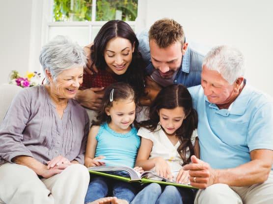 Leer cuentos y reunirse a contar historias puede ser siempre divertido. Si son una familia numerosa, trata de incluir historias con muchos personajes, en las que cada miembro dramatice su intervención.