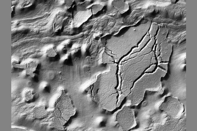 La fotografía fue tomada al norte de la región Argyre, al sudoeste del cráter Hale.