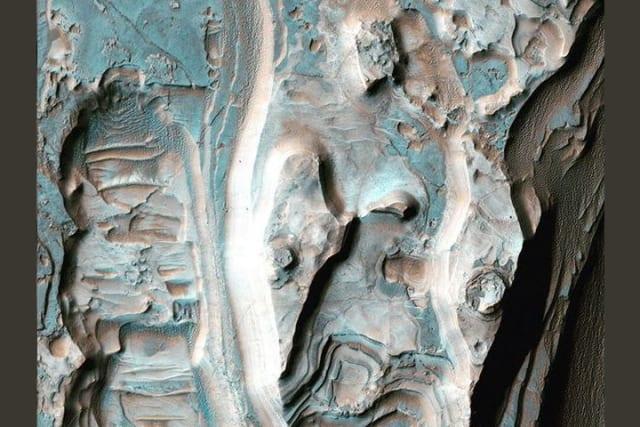 El depósito que se observa forma una serie de crestas debido al poder erosivo del viento.
