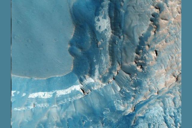 Se ubica en el borde occidental de Valle Marineris, al norte de Syria Planum. Está compuesto por grandes bloques de terreno fracturado y varios cañones.