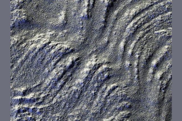 En la imagen la iluminación se disminuyó para acentuar las líneas que lo atraviesan, que se extienden desde el monte Euripus Mons