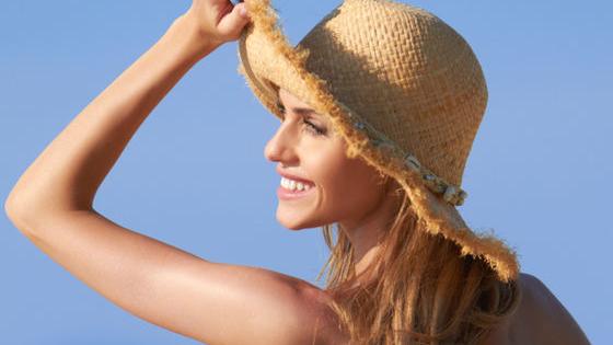 Mùa hè đỏng đảnh mang theo những tia nắng chói chang, khiến da dẻ của bạn chẳng còn tươi tắn như mọi ngày. Nếu không biết cách chăm sóc đúng cách, làn da của bạn rất dễ bị tổn thương và xấu đi trông thấy. Cùng thử xem bạn đã biết cách bảo vệ làn da trong thời tiết oi ả của ngày hè chưa nhé!