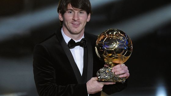 A quelle édition du Ballon d'Or correspond ce costume de Messi ?