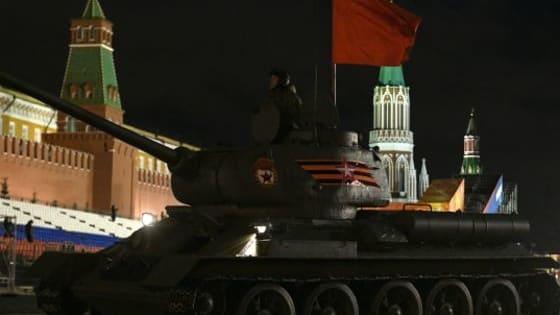 Slavni tenk  T-34 je jedan od simbola pobede nad fašizmom i prava zvezda Drugog svetskog rata . Bio je jedan od najpokretljivijih i najbržih tenkova tog doba. Zbog svojih karakteristika, a naročito oklopa postao je prava noćna mora za nemačke vojnike za čije projektile je bio gotovo neprobojan i ušao je u legendu.