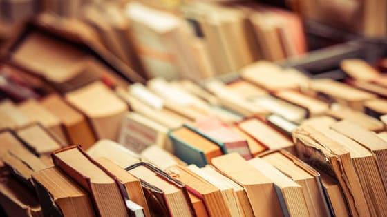 Неожиданные амплуа, потрясающая работоспособность, чудаковатые предрассудки и несуществующие книги. 10 необычных фактов о знаменитых мастерах слова и их творениях.