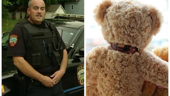 Officer Steve Dunham was completely heartbroken when he found out why the child was trying to sell his beloved toy, and he immediately jumped into action to help him. .