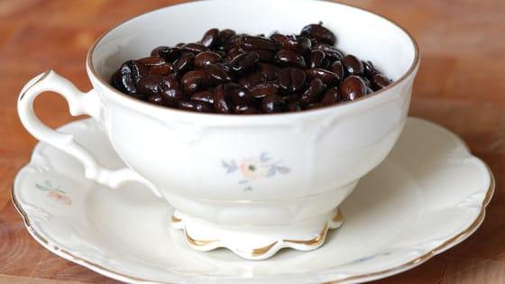 """მსოფლიოში თითქმის ყოველი მეხუთე ადამიანია ყავის მოყვარული — თანაც ისეთი მოყვარული, რომ ამ სასმელის გარეშე სიცოცხლე ვერ წარმოუდგენია. თუმცა ბევრმა არ იცის, რა საოცარი თვისებები აქვს მოხარშული ყავის ნალექს, რამდენ რამეში შეგვიძლია მისი გამოყენება და ამიტომ, შესვამს თუ არა ყავას, ჭიქას მაშინვე ონკანისკენ მიარბენინებს გასარეცხად.  იმისათვის, რომ კიდევ ერთხელ არ დაუშვათ შეცდომა, ანუ, პირდაპირი მნიშვნელობით, წყალს არ გაატანოთ ესოდენ საჭირო ნალექი, Sputnik-საქართველო რამდენიმე """"ეშმაკობას"""" გასწავლით, რომლებსაც თქვე"""
