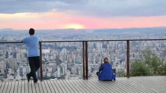 Dez jornalistas do Estado de Minas homenageiam Belo Horizonte falando sobre o bairro onde vivem ou onde cresceram. São memórias e vivências cotidianas de moradores que ajudam com seu trabalho, todos os dias, a contar um pouco da história da cidade. Feliz aniversário, BH!