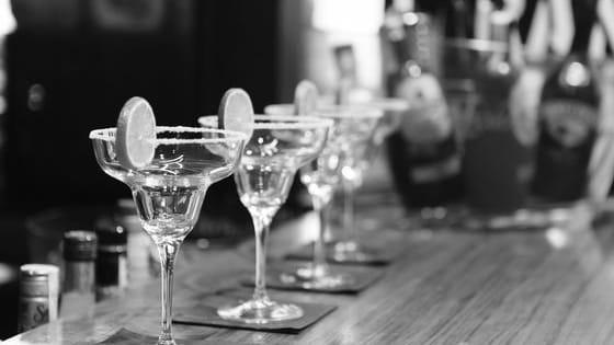 Выберите алкогольный напиток, который используется для приготовления коктейля!