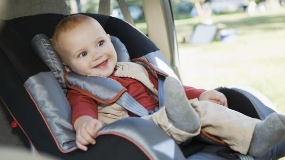 Some parents never leave the house without a car seat and others sometimes choose to keep their child on their lap, for example on vacation or in a taxi. And you? What do you think, is it ok to travel without a car seat?