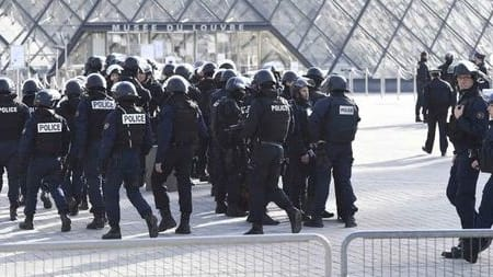 A man carrying no identification attempted to attack the Louvre, brandishing a machete. He was shot five times by a French soldier and prevented from attacking. Do you think military personnel should guard national landmarks?