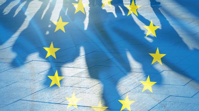 """Chaque année, le 9 mai, la Journée de l'Europe célèbre la paix et l'unité. Cette date correspond à la date anniversaire de la """"déclaration Schuman"""", l'un des discours fondateurs de l'Union européenne.   Personnages clés, discours célèbre, premier traité, objectifs, élargissement... Etes-vous incollable sur l'histoire de la fondation de l'Europe ? A vous de jouer !"""