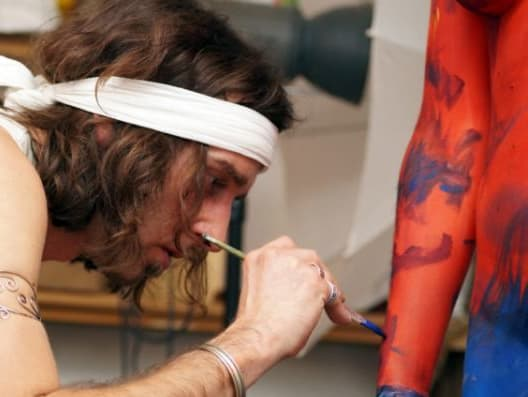 Johannes painting the arm of the model.