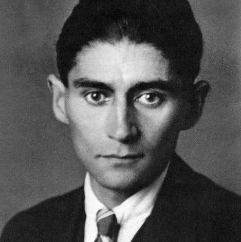 Franz Kafka (1883-1924) fue un escritor checo conocido por la oscuridad de sus obras. A diferencia de otros escritores, Kafka se dedicó a escribir sobre maltratos físicos y psicológicos de personajes ficticios que en realidad camuflajeaban su propia vida. Su trabajo no fue reconocido en vida, pero hoy es considerado una de las figuras más importantes de la literatura universal.