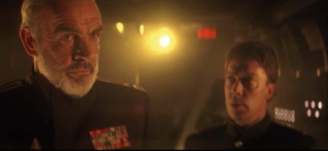 """Stellan Skarsgård, il padre di Bill Skarsgård, concordato sul grande schermo con l'originale Pennywise, Tim Curry in """"Caccia a Ottobre Rosso'."""