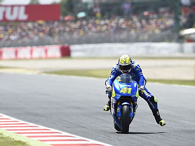 Espargaro gets ready for the heavy braking zone using the leg dangle technique.