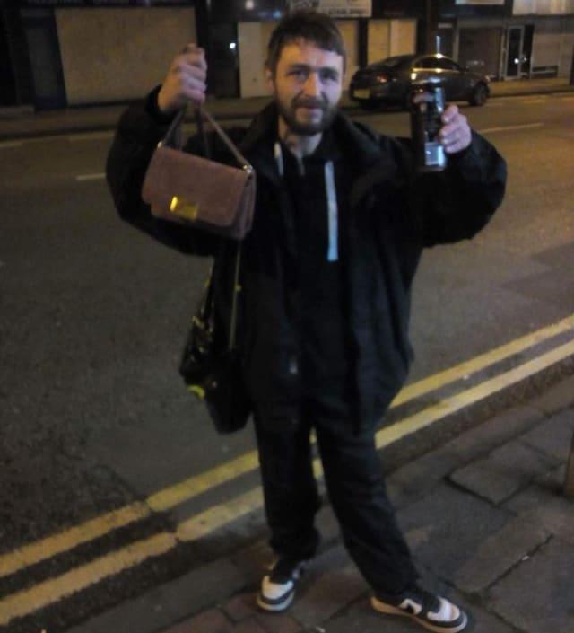 პოლ კალდერბანკი დეიზი ოუენის ჩანთით ხელში