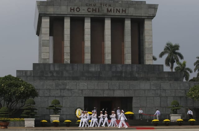 Церемония возложения цветов к мавзолею Хо Ши Мина
