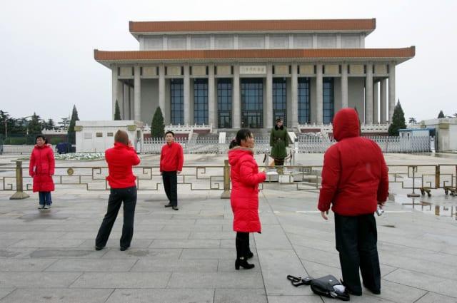 Туристы фотографируются у Мемориального комплекса Мао Цзэдуна в Пекине
