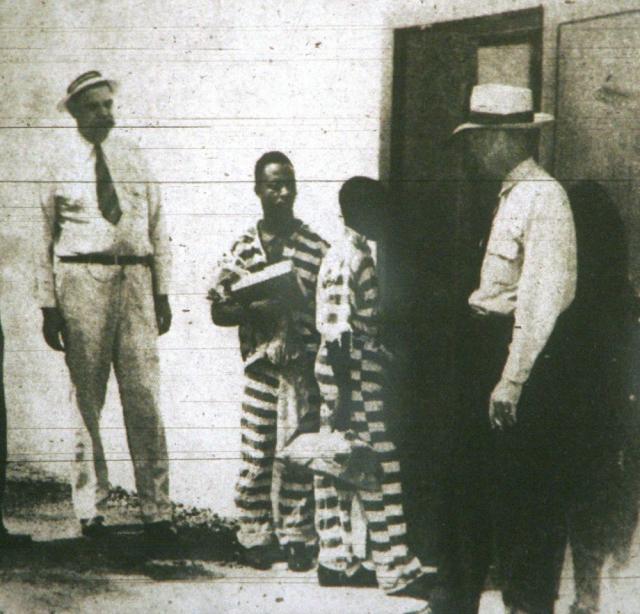 Geroge Stinney Jr. dirigiéndose a cumplir su condena en la silla eléctrica.-