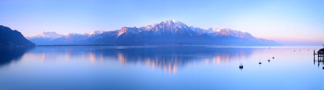 Los Alpes suizos reflejados en el lago Lemán