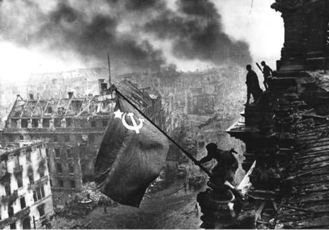 La capitulación alemana se dio días después que el Ejército Rojo tomase la ciudad de Berlín, bastión del poderío nazi, el 2 de mayo de 1945.