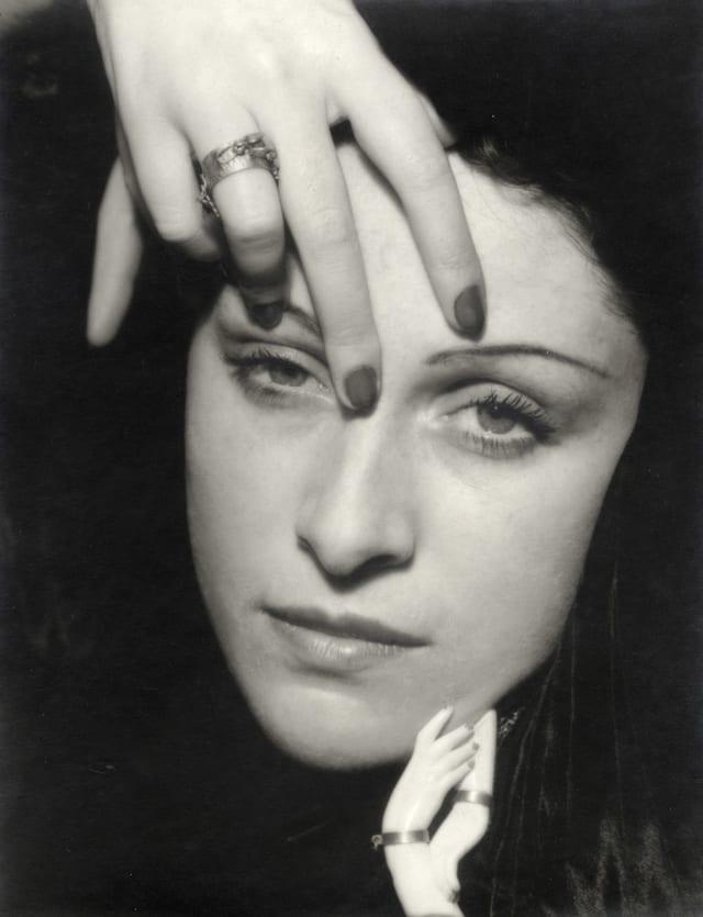 Dora Maar (1907-1997) fue una pintora, escritora, fotógrafa, escultora y poeta francesa, reconocida por sus aportes al surrealismo. De personalidad extravagante, dedicó su vida a producir obras de arte que reflejaran su pensamiento interior. Sus producciones eran tan misteriosas como ella, lo que generó controversia en el mundo del arte y la transformó en la musa de muchos importantes artistas. En busca del amor conoció a Picasso y este, más tarde, sería quien destruiría su carrera.