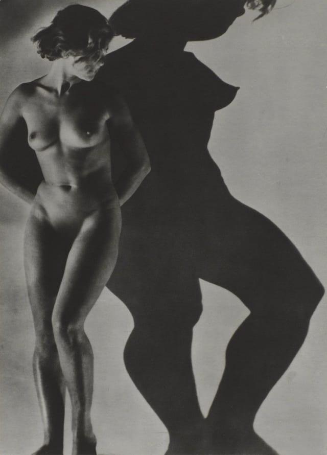 """Sus fotografías eran en su mayoría de mujeres o paisajes. Una de sus obras más reconocidas es """"Assia"""" de 1934, que muestra una mujer desnuda junto a su sombra. La variación de las proporciones de la mujer, gracias a la luz, fascinaron a Maar. El misterio y la sensualidad eran su sello personal."""