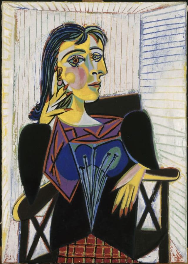 """""""Retrato de Dora Maar"""" (1937), Picasso la retrató en múltiples ocasiones. El pintor nunca buscó amor, solo buscaba inspiración. Dora se entregó en cuerpo y alma a él. Él le regaló más de 130 de sus pinturas en sus buenos momentos. Fue la única mujer con la que tuvo una compenetración intelectual absoluta, esta complicidad parecía no ser suficiente para él, porque al final la dejó."""