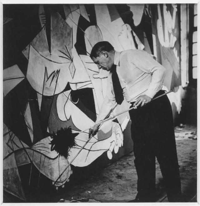 Picasso trabajando en el Guernica en 1937.