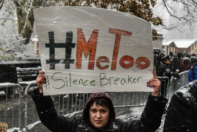 Lancé en 2007 par la militante américaine Tarana Burke, le mouvement MeToo prend de l'ampleur après l'affaire Weinstein grâce à Alyssa Milano. L'actrice en fait un hashtag sur Twitter et encourage toutes les femmes victimes d'agressions sexuelles à raconter leur expérience.