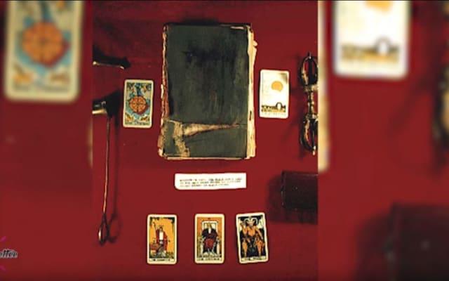 La única copia existente de 'El culto de la bruja de Blair', publicado en 1809. Está gravemente dañado y poco de su texto aún es legible. Estuvo en exposición en el Museo de Historia Social de Maryland hasta 1991. Desde entonces fue llevado a una colección privada.-