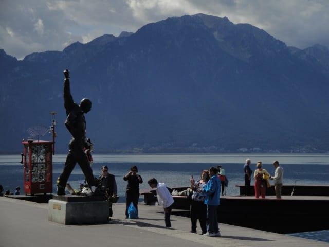 Visitantes se fotografian junto a la estatua de Mercury