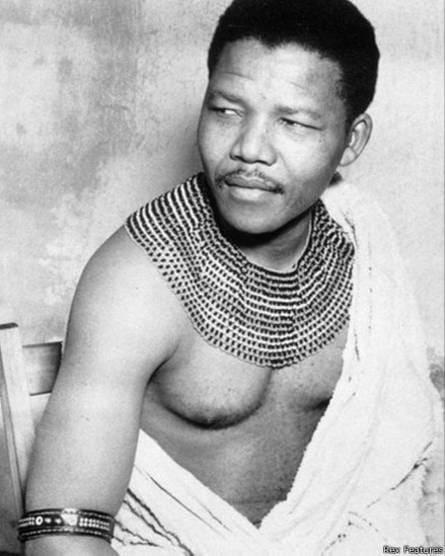 Como líder, Mandela tenía una naturaleza incluyente.Su niñez en la zona ruralde Cabo del Este, observando cómo los líderes tribales atendían los problemas de la comunidad, le inculcaron un sentido de acuerdos para abordar lapolítica.En prisión y durante su presidencia, Mandela se aseguró de que negros y blancos, xhosa y zulus, ingleses y africanos, comunistas y capitalistas, tuvieran acceso y representación equitativa.Para Mandela, la inclusión de un amplio de grupo de personas en la toma de decisiones era la forma más pura de democracia.