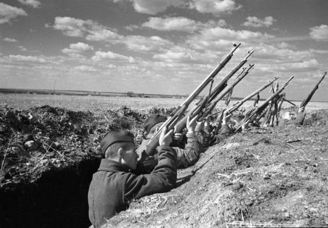 Soldados del Ejército Rojo disparan contra un avión nazi
