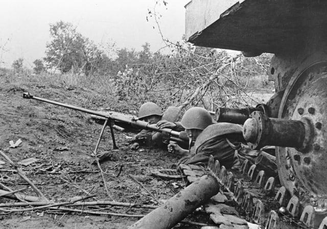 Soldados del Ejército Rojo repelen un ataque del enemigo