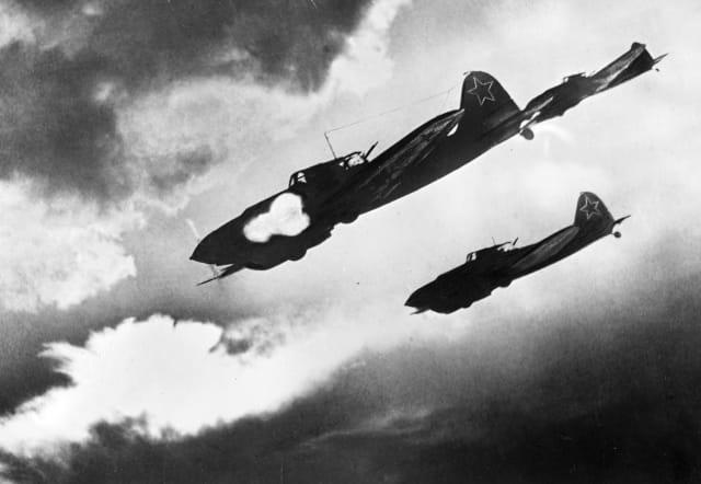 Aviones soviéticos realizan un ataque aéreo contra las posiciones de los nazis